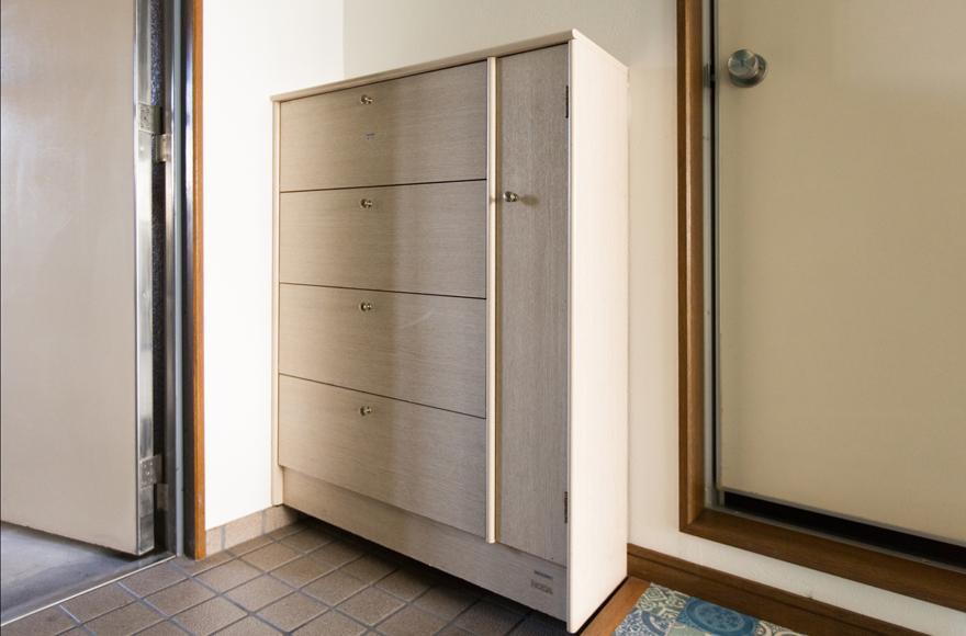 各住戸の玄関に設置されている据え付けのシューズ収納。※間取りによって仕様が異なる場合もあります。